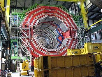 تركيب المكشاف CMS ويزن نحو 12.000 طن أثناء تركيبه تحت الأرض عام 2007.