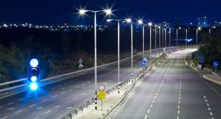 صورة لأضواء الشارع التي ستشحن السيارات الكهربائية