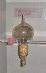 نموذج أول مصباح كهربائي ناجح لتوماس إديسون عُرض فيPark Manlo دجنبر 1879