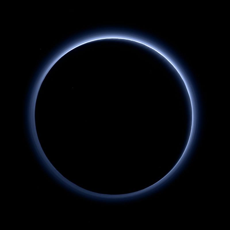 Blue_hazes_over_backlit_Pluto