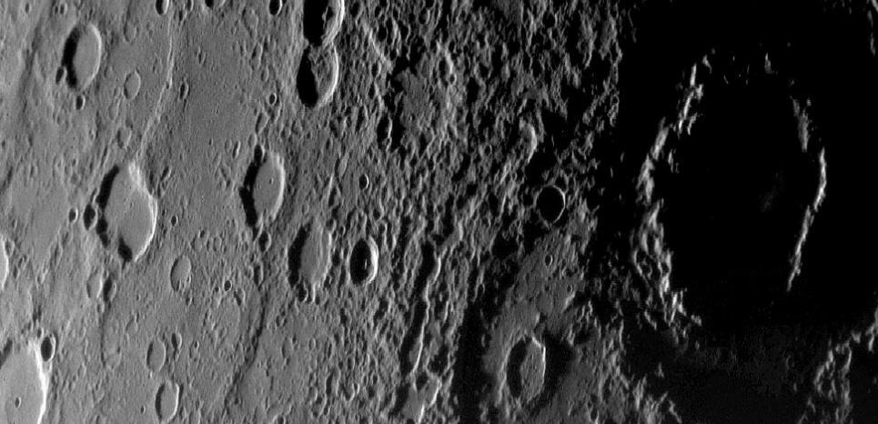 La surface de la petite planète Mercure, vue par la sonde américaine Messenger.