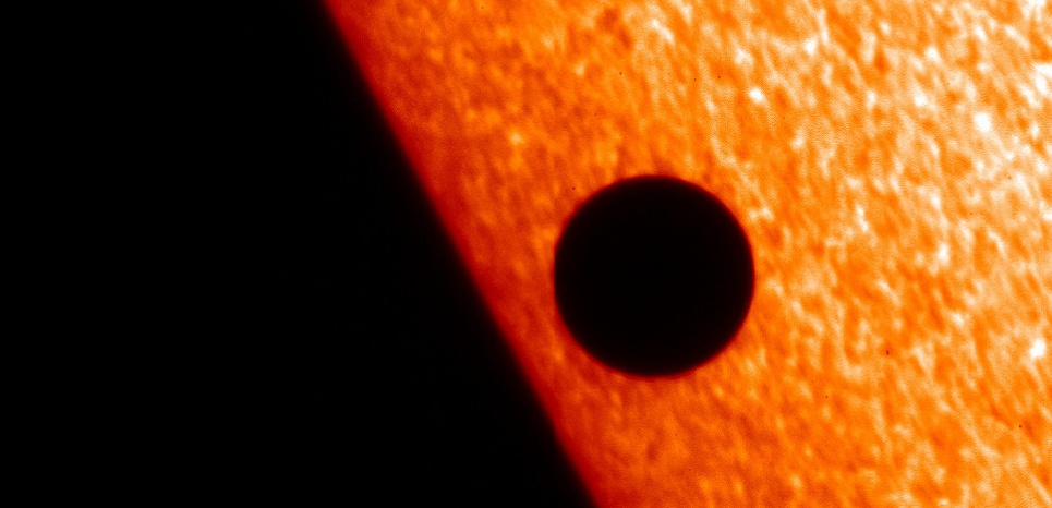 Cette image de la planète Mercure passant devant le Soleil a été prise le 8 novembre 2006 par le Solar Optical Telescope, l'un des 3 instruments du satellite Hinode.